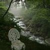 小川と森のベンチ