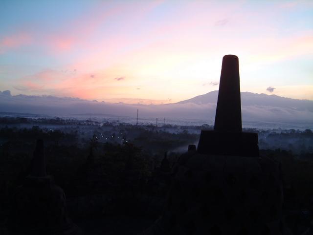 ボロブドール遺跡の夜明け