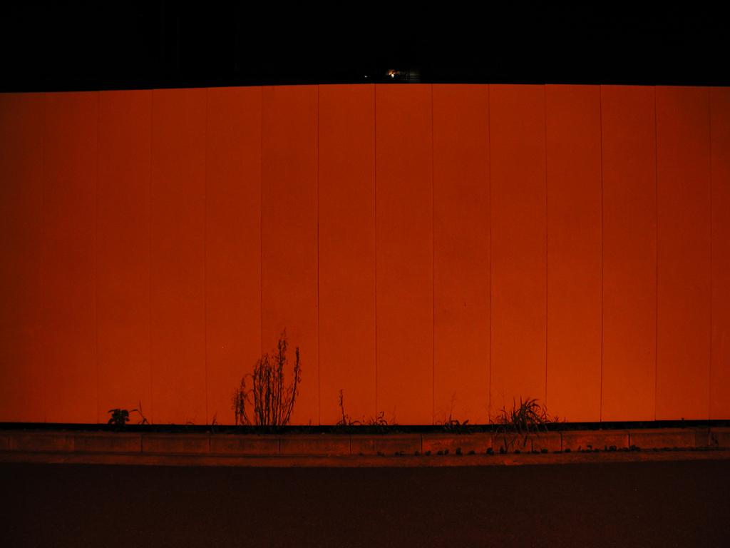 赤い光の下で