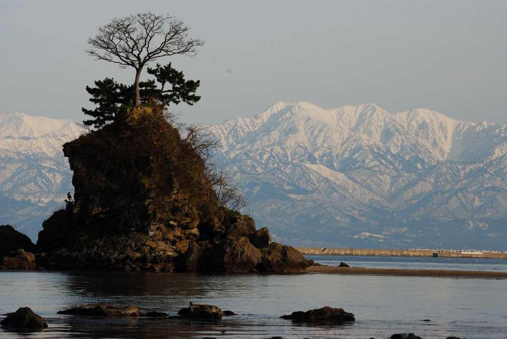 立山と雨晴海岸