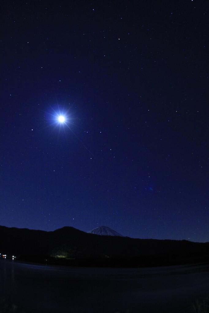 早朝の富士と月と