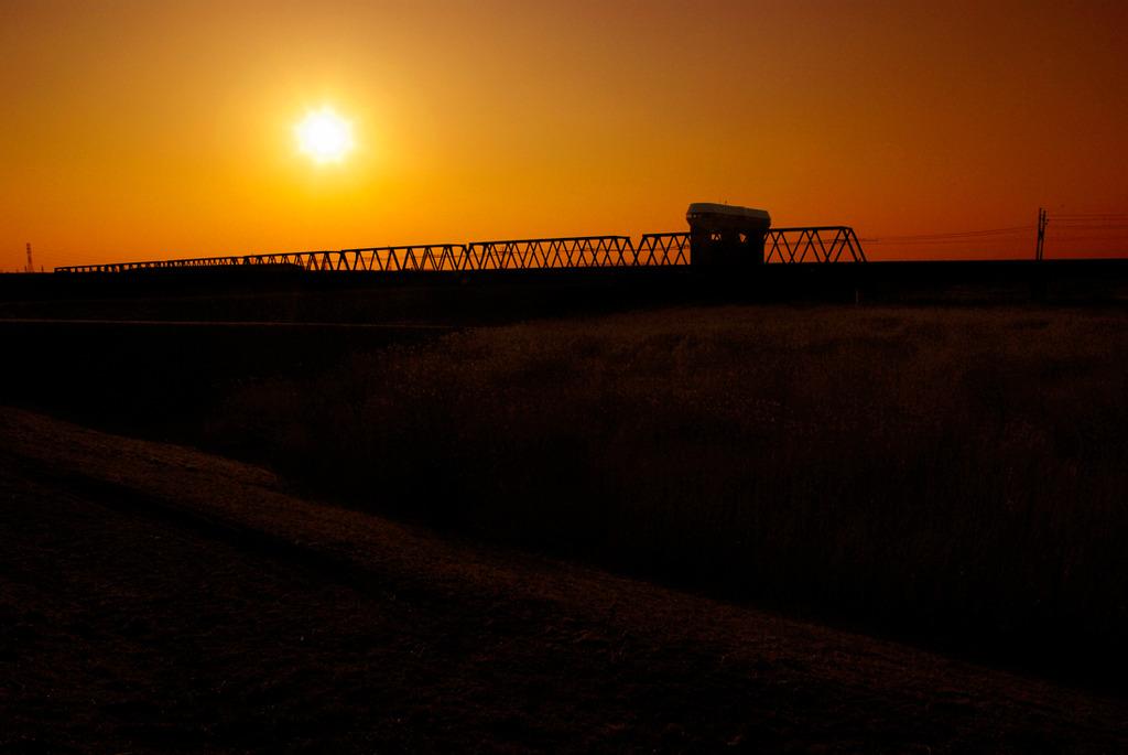 鉄橋と夕日