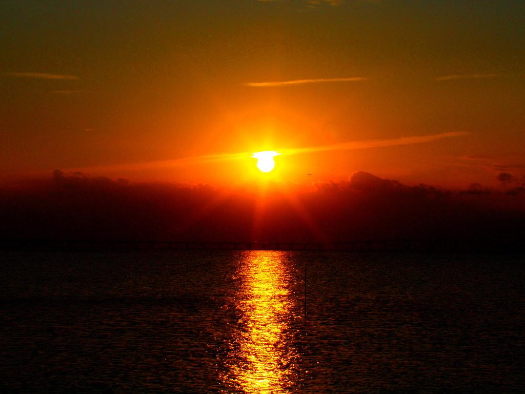 夕陽へと続く道