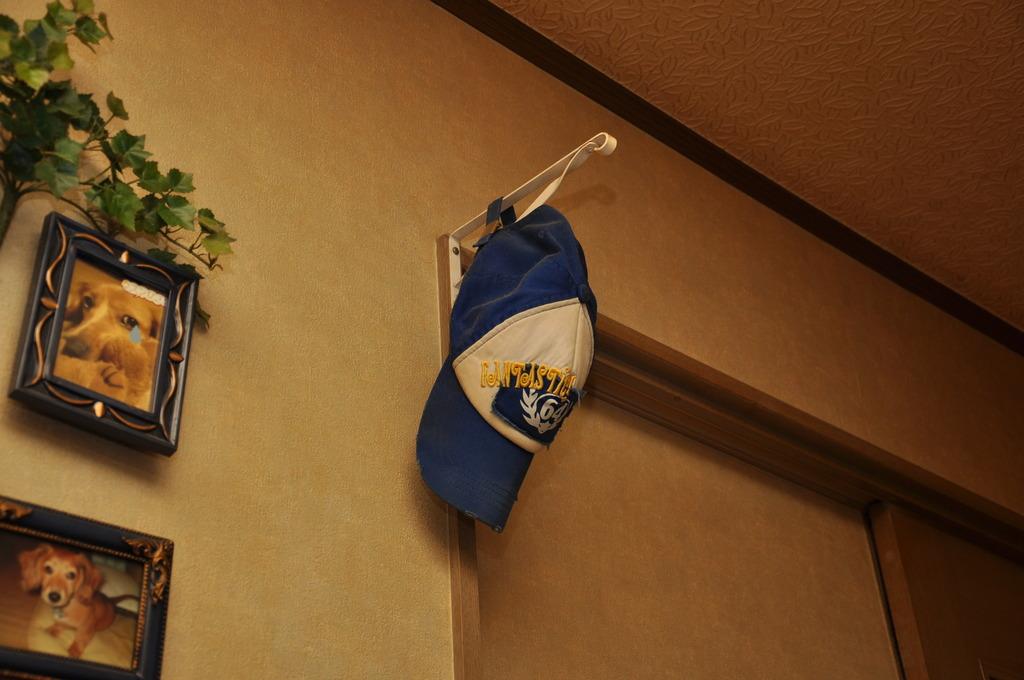 壁に掛かる帽子
