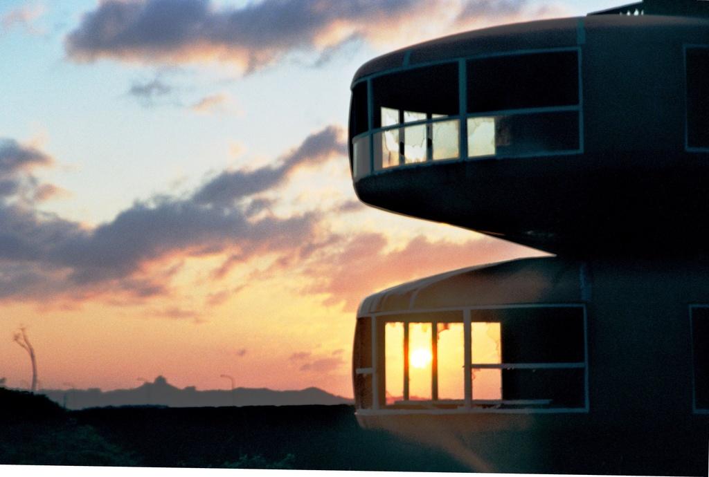 UFO屋敷と夕暮れ