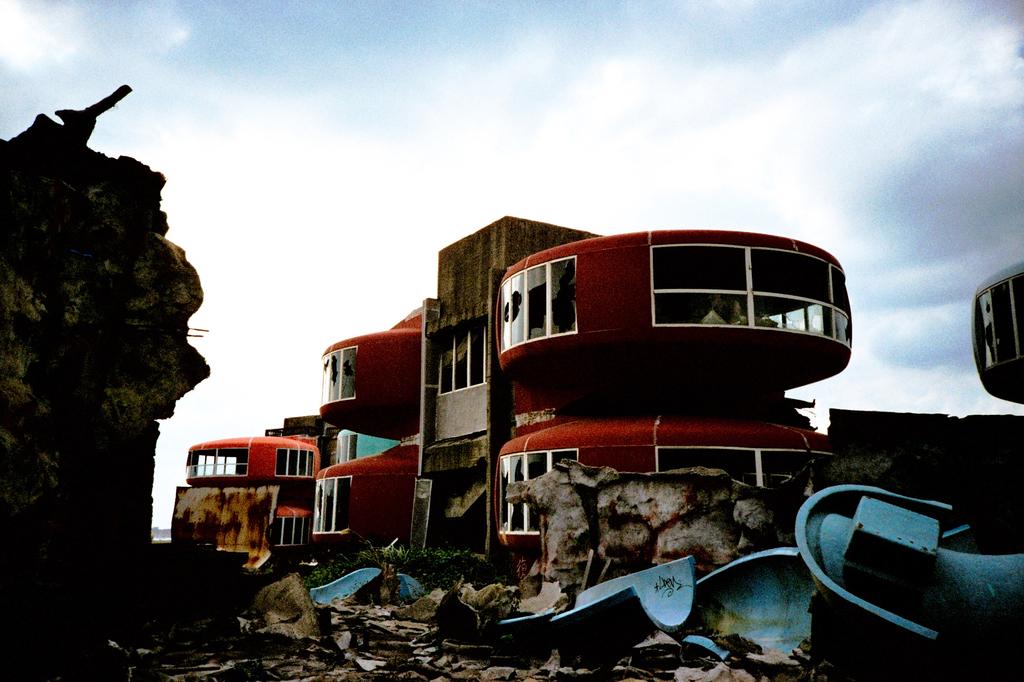 UFO屋敷と瓦礫の山 -LOMO  LC-A-