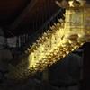 蜘蛛の糸と金銅の吊り灯籠
