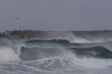 冬の海連なる波