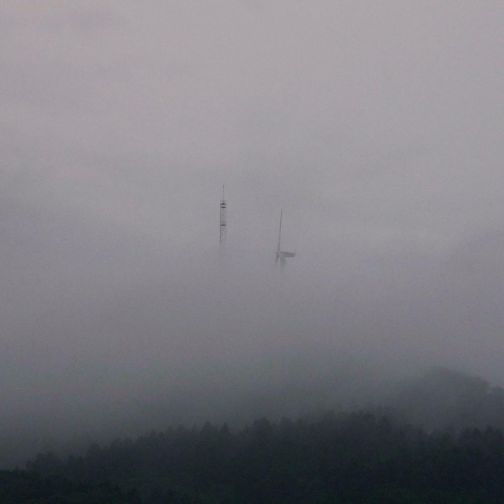 雲間の風車