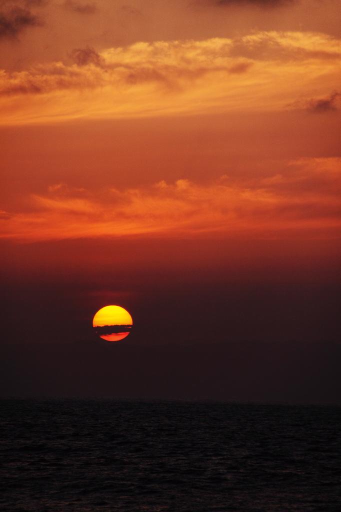 海と佐渡と夕日と雲と