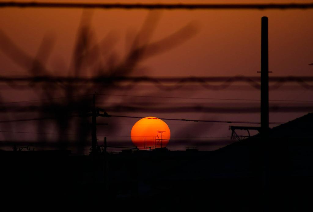 家の窓からみた夕日