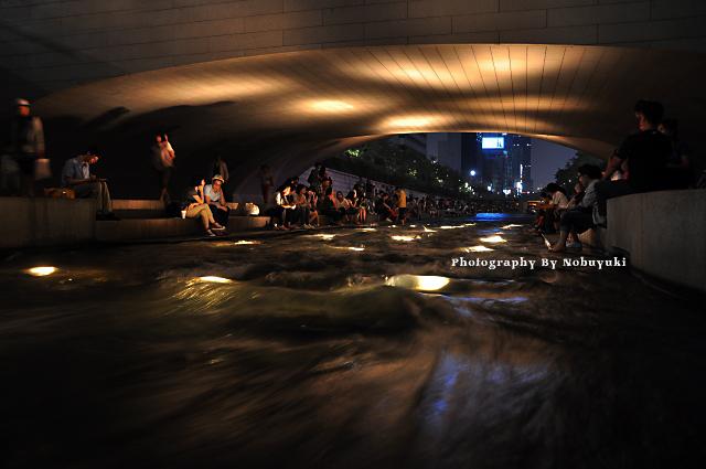 夏の夜の水遊び