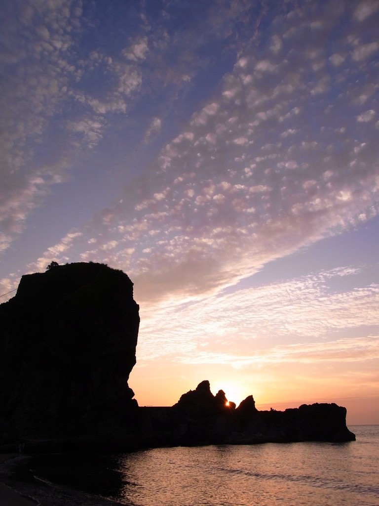 岩と雲と空と海と夕日