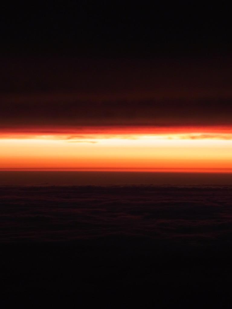 台風の日の飛行機から見た空