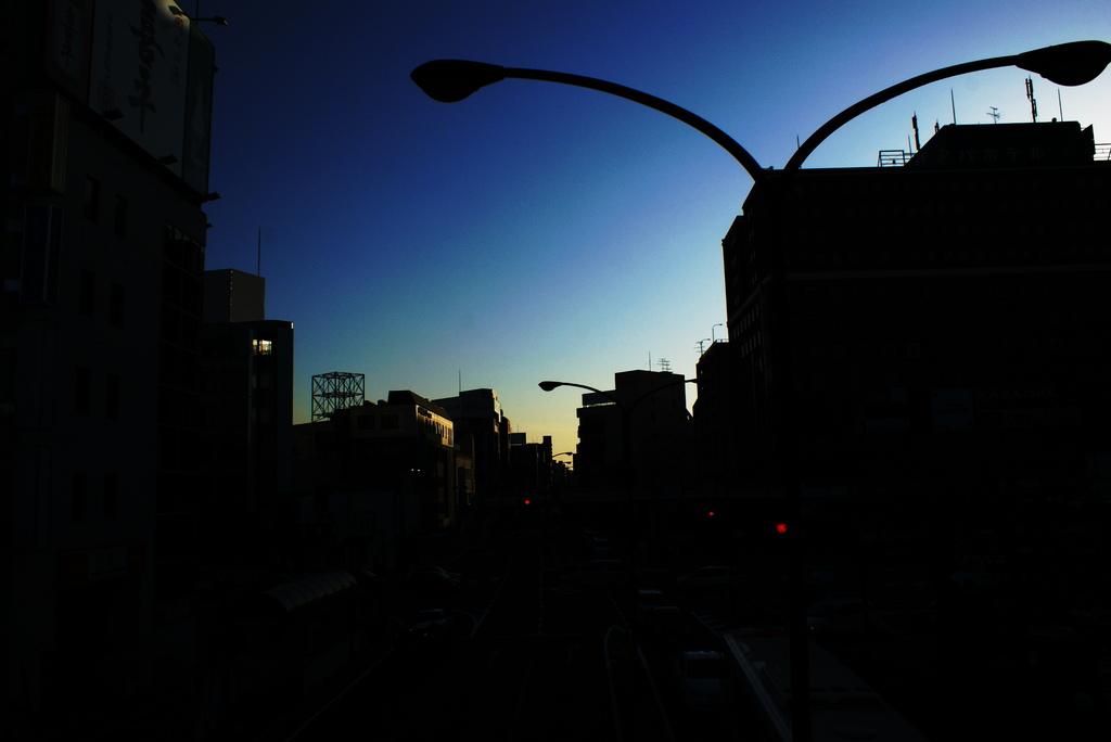 今日も志だけは高く、空は青いままで。