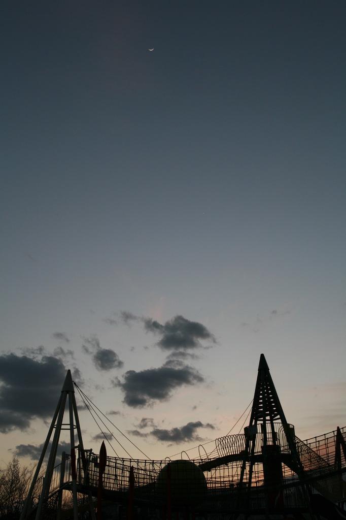 三日月の空に思う