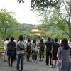 金閣寺を撮る観光客