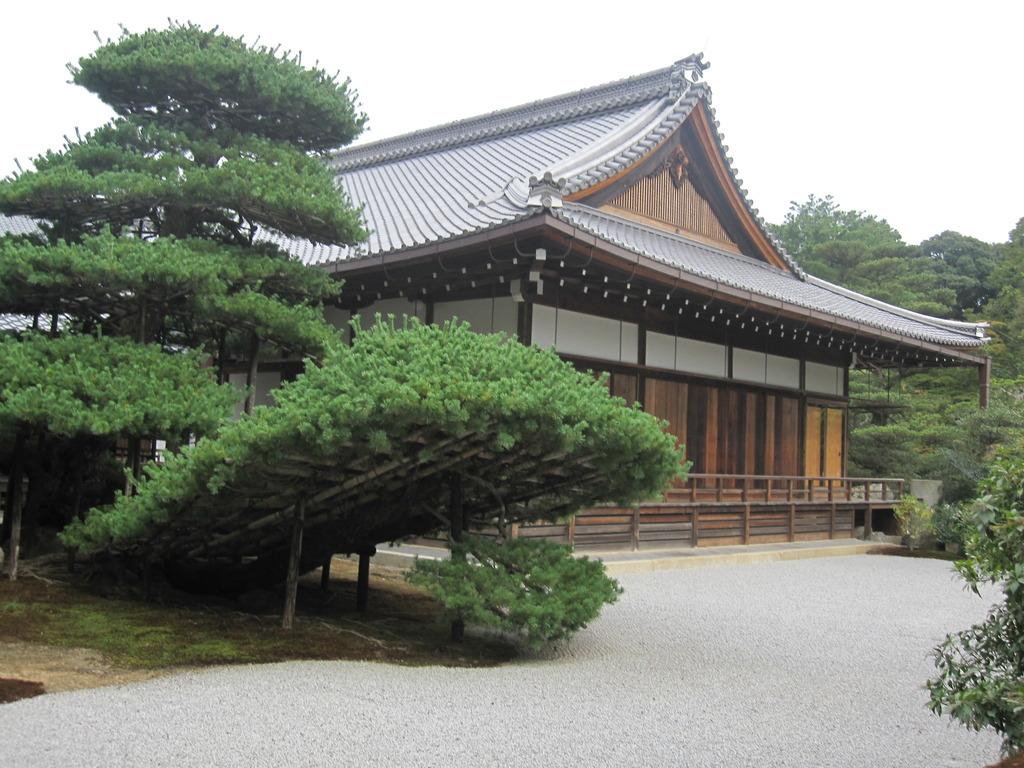 存在感のない金閣寺横の建物