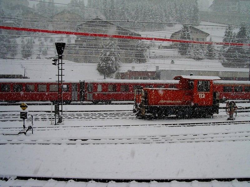 雪中のサンモリッツ駅構内