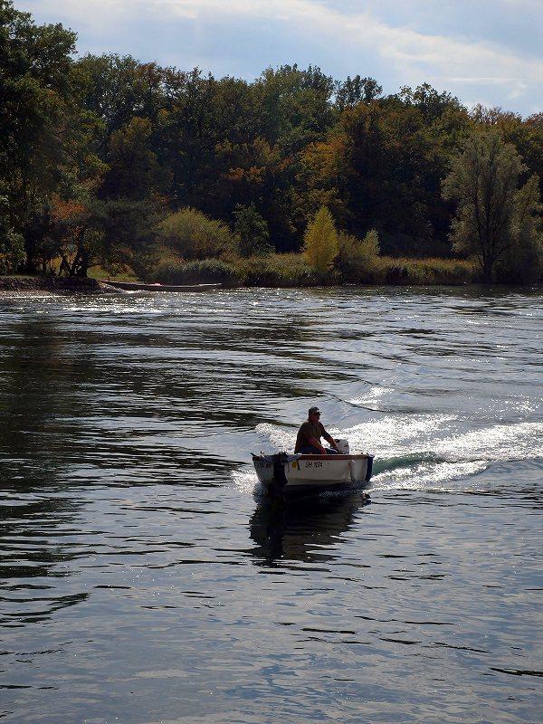 舟遊びをする人