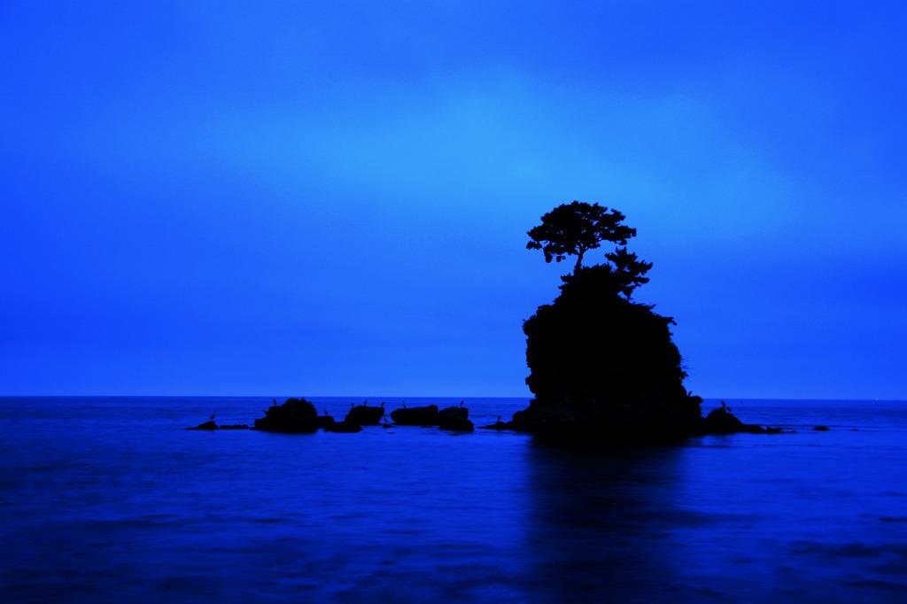 夏 夜明け前 海原に静寂の一時