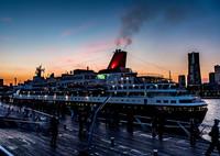 OLYMPUS E-M5MarkIIで撮影した(横浜港大さん橋埠頭の日没直後に出港し始めた客船)の写真(画像)