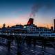 横浜港大さん橋埠頭の日没直後に出港し始めた客船