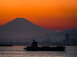 タンカーとランドマークタワーと富士山と