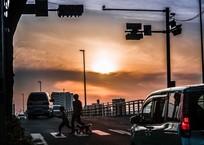 多摩川ガス橋たもとの交差点の夕景