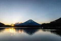 精進湖の朝陽