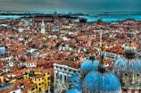 ベネチアの街を見下ろす