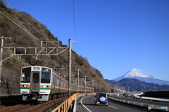 東海道本線 由比-興津 富士山と211系