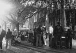 旧市街の通りで飲む人たち