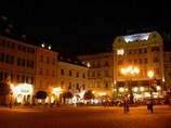 夜の広場でキッス