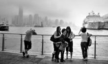 うなだれる人はしゃぐ人 香港
