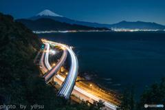 月夜の富士と光跡