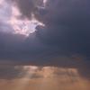 雲の向こうは青空