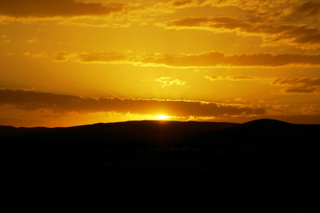 草原の夕日
