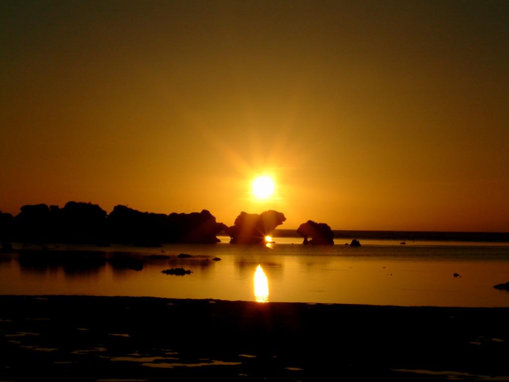 西表島に沈む太陽