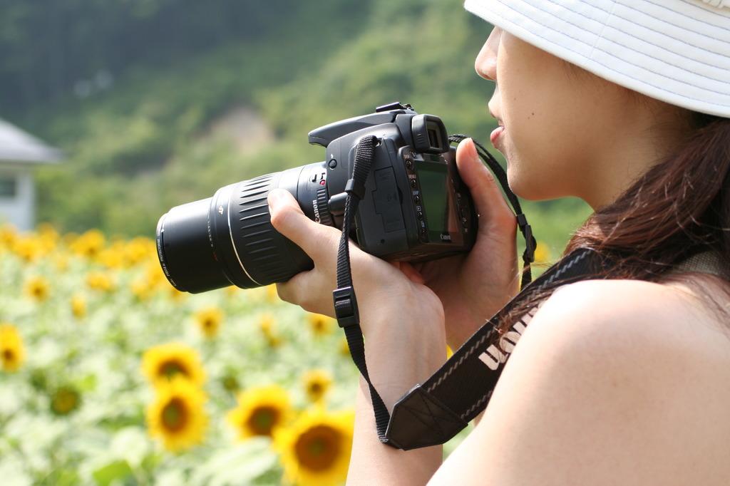 カメラの似合う女性
