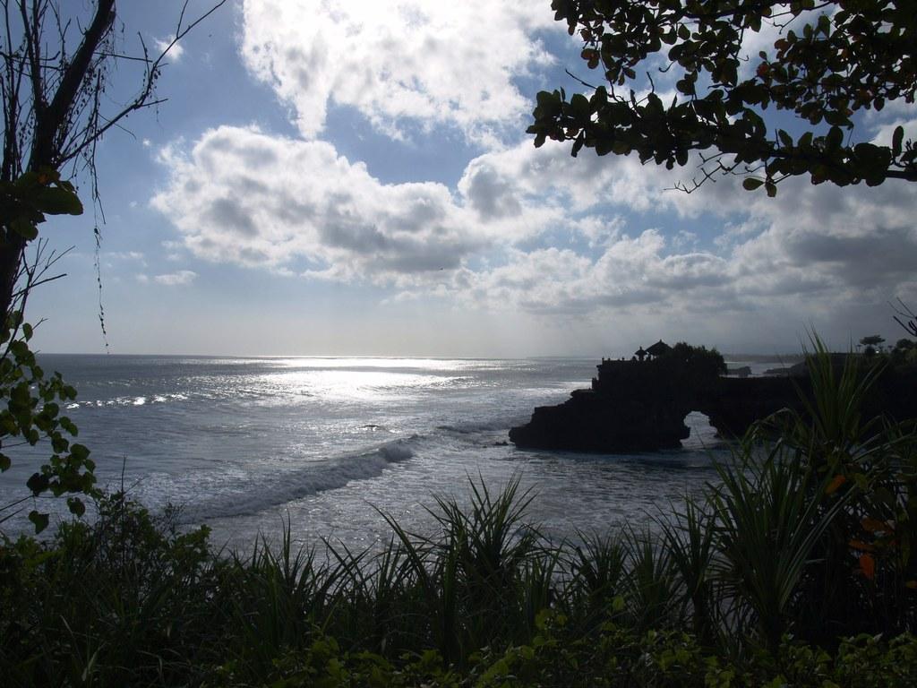 光る海と東屋