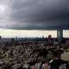 広い街の上に怪しげな雲