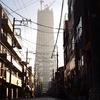 下町にそびえる塔