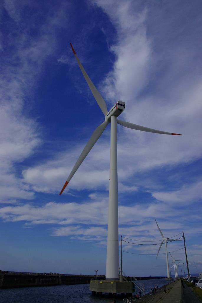 天高く回る風車