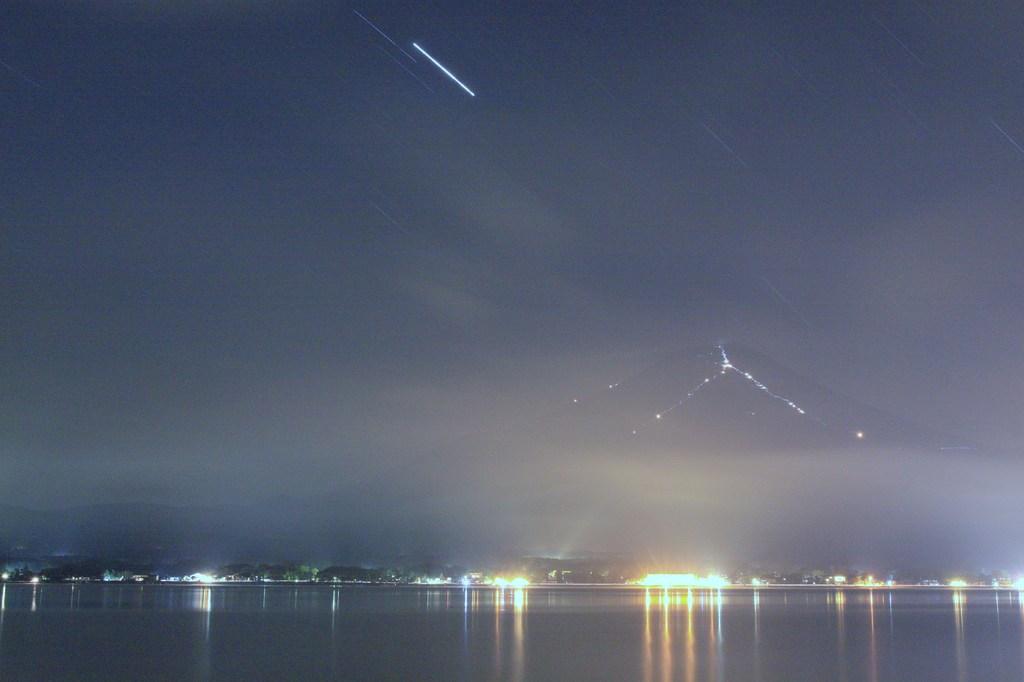 星の降る富士に御来光求めて登る人の群れ