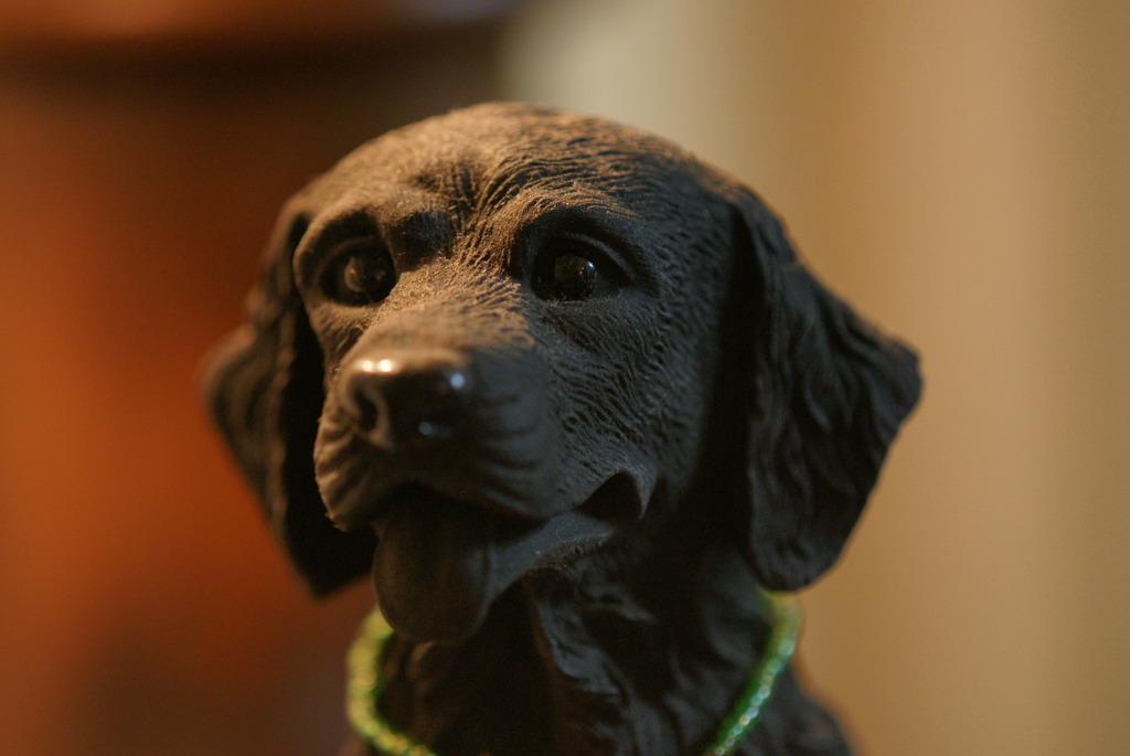 犬の置物 (180mmマクロレンズテスト)