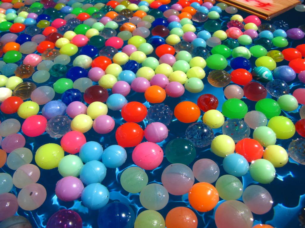 水に浮くボール