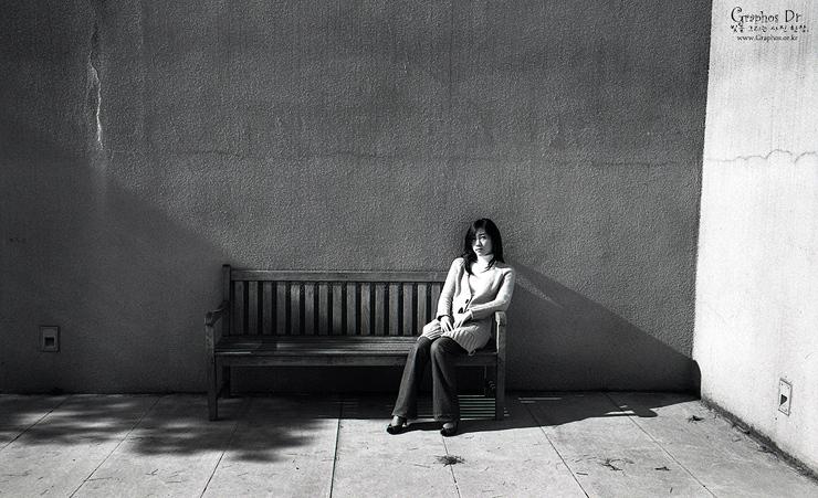木ベンチに座った女・・・