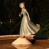 噴水の上に立つ人形