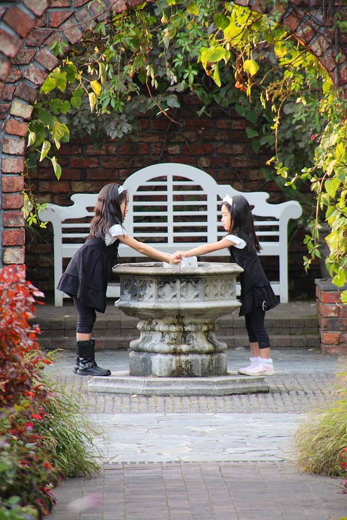 噴水で手を洗う少女